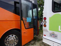デデドの朝市バス。赤いバスを待っていたがまったくこない。そうこうするうちに「フクダ」のバスが。往復6ドル(赤いバスは7ドル)、しかも復路3便(赤いバスは2便)。ポケモンGOでスリル満点(笑)。