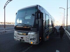 朝早かったのでバスの中では爆睡。約1時間位で成田空港の第2ターミナルに到着しました。  今回は第2ターミナルからの出発なのでここで下車をします。朝の時間帯ですとほぼ渋滞もないので定刻で到着します。