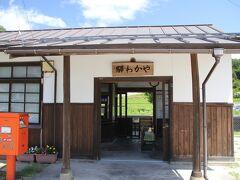 奥出雲おろち号(トロッコ列車)を追って、車で先回り。 八川駅にやってきました。 駅名が逆に書かれています。