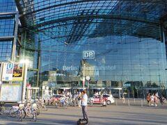 途中、結構ローカルな雰囲気のバス停にも停車しつつ、私たちが下車するのはガラス張りのベルリン中央駅。おっきいー。