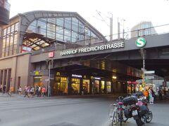 この中央駅から電車でひとつ隣のフリードリヒ通り駅前に、これから2泊お世話になるNHコレクションがあります。  複数路線の走るこの駅の目の前に宿をとって良かった。 夜遅くに歩いても問題ない雰囲気でした。