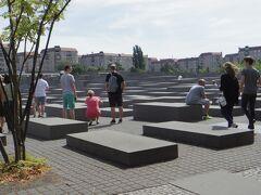 虐殺されたユダヤ人のための記念碑(ホロコースト記念碑)。  たしかに墓標ではなくモニュメントだけど、石に腰かけたり、上に立ったり、迷路さながら走り回っている親子も。。  でも、このインパクトある空間の広がりは訴えかけてくるものがあります。