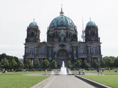 「ベルリン大聖堂」  予想以上にドームが大きくて、 初めて視界に入ったときの衝撃といったら半端なくて。 単に私が巨大建造物に弱いからでしょうか。  ガイドブックの写真で見たからといって、実際に見て自分がどう感じるかは本当に分からないものですね。  私は口がパカーンとあいた状態で近づいていきました。 周りにはこんななってる人いなかったわ・・・