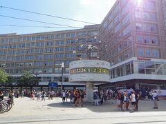 映画で見た世界時計。想像よりもこじんまり。  ここが東ベルリンのアレクサンダー広場なんだ。 映画「善き人のためのソナタ」に出てきたカールマルクス書店に行きたかったけれど、時間切れだし、この炎天下、カールマルクス大通りを歩いて探すのも難しいでしょう。  ベルリンの壁跡が残るイーストサイドギャラリーは絶対見ておきたいので、そそくさとバスで向かいます。