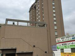 今宵の宿は、呉阪急ホテル。16時半ごろ到着しました。 母ちゃんは20年前にも宿泊した、思い出のホテルです。朝食付きの駐車場無料(一人8600円)プランで申し込みました。