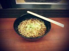 長岡駅で待ち時間に  朝食 ふのりそば  海藻が混ぜてあるんですね。つるりんとした食感であっさり。いくらでも食べられそう。新潟は、お米だけでなく、おそばもイケるんですね