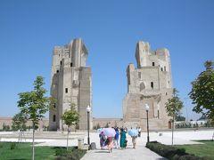 アク・サライ宮殿。 ティムールにより築かれた巨大な夏の宮殿跡です。 現在残るアーチは38メートルの高さがあります。(かつては50メートルあったそうです。)