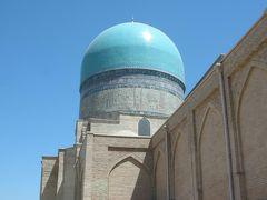 バスに乗ってほんの数分移動します。次はドルティロバット建築群を観光します。 コク・グムバズ・モスクの青いドームが見えてきました。ここはウルグベクによって建てられたモスクだそうです。