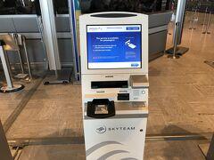 さて初めてのアエロフロート・ロシア航空です。前日にオンラインチェックインを済ませていますが、乗り継ぎ便の分もこちらで搭乗券を印刷して荷物をドロップします。