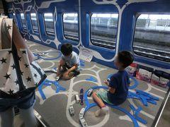 乗ったらね、 子供がプラレールで遊んでる~