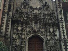 1716年に建設されたサンフランシスコ教会。 表の印象と異なり中はかなり大きいです。
