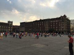 ソカロ メキシコシティの旧市街の中心で、国立宮殿やメトロポリタンカテドラルに囲まれた広場。