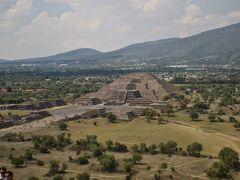 太陽のピラミッドの頂上から見た月のピラミッド