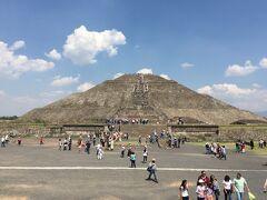 Los PiramidesのPuerta2で下車する予定が、バス停が分かり難く、誰も降りず、気づいたら20m位過ぎててドライバーに伝えて降ろしてもらいました。一番前に座ってて助かりました。 この日は日曜日で、休日はメキシコ人だと入場無料でかなり混んでました。入場するときに受付係が仲間との話に夢中で入場料と払おうとすると「行っていい」と合図するので無料でした。国民性を感じた一瞬です。