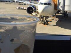 5/2 成田16:55 DL276 ゴールデンウィークで空港は混雑しているということで早く来たけど、空いていたためビールを飲みながら待機