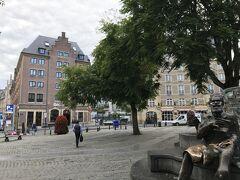 翌朝、ホテル前の広場です。ブリュッセルの宿は HOTEL ibis Brussels off Grand Place。ibis はヨーロッパ各国にあって、取り立ててグレードの高いホテルではないのですが、これまでも各国でお世話になってきたので、我々には安心感があります。とても清潔ですが、基本的にアメニティもポットも冷蔵庫もないのでご検討の方がいましたらそのご覚悟で (笑