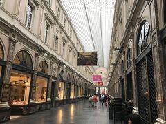 同じく駅に戻る途中、ヨーロッパ最古のアーケード、ギャルリー・サンテュベールを通ります。きれいなアーケードですね。まだ店舗は開いてませんが、日中は賑やかなんでしょうね。