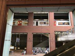 アントワープ中央駅へは地下のホームに到着。階層化されたホームが見渡せるのも面白いですね。