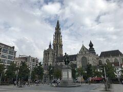 グルーン広場に着きました。大聖堂、大きいですね。中央にいるのはルーベンスです。