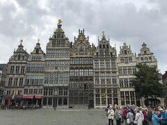 大聖堂を出てすぐ裏手のマルクト広場に。ちょっとフランクフルトのレーマー広場を思い出させる可愛い建物です。