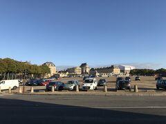 宮殿が見えて来ました。手前は大型バスや自家用車の駐車場になってるんですね。