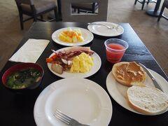 おはようございます(・∀・)! 今日は朝ごはんのことを特に考えていなかったので ラウンジに行ってみたらいっぱいあるじゃないか☆ ということでラウンジで朝ごはん。 これだけあったら十分。お味噌汁もあったよ♪