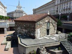 半地下式の聖ペトカ地下教会。 奥に旧共産党本部も。