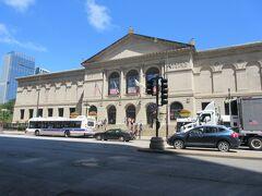 ミシガン通りを北に歩いて、アメリカ三大美術館の1つ、シカゴ美術館。  20年前に見学したきり。  でも、子供たちは「興味なし!」というのでパス..