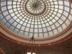 ミシガン通り沿いのシカゴ文化センター(Chicago Cultural Center)へ。  世界最大だという、このティファニーのガラスドームを一度見てみたくて。  この建物は、1897年に図書館として建てられたものだと説明あり。