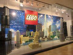 でも、まだ少し明るいので、子供リクエストで隣ビルのレゴショップへ  入口には、LEGOでのシカゴの街並み展示あり。