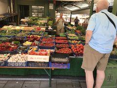 ヴィクトアリエンマルクト市場。青果やお土産物などが売っています。
