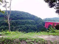 広島県に抜ける国道314号線での二重ループ方式区間の「奥出雲おろちループ」。標高差は167mとのこと。どくろを巻くヤマタノオロチをイメージして設計され、命名されたそうです。赤い三井野大橋と、向かいの山肌に木次線の鉄路が見えます。こういうのは一歩下がって見ないと面白くなく、実際車で走っても感慨は少ないです。列車から見た方が絶対素敵なはずで、一度乗ってみたいと前から思っていますが、悲しいかな運転本数が超ー少な過ぎます。