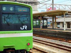 「JRなんば駅」から快速電車で「王寺駅」まで進みます。 緑色の快速電車はここで終点。 あとから来る、大阪環状線からの直通「加茂行き」快速に乗り換えです。