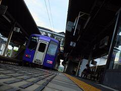 加茂駅の2番線には独特のディーゼル音が轟いていました。 紫色のディーゼル車が、関西本線の「加茂駅」から「亀山駅」まで約1時間半を掛けて走ります。 加茂駅を出ると当面は木津川に沿って山間部を走り、伊賀上野付近でなだらかな田園地帯を抜けて再び山を越えて亀山駅に着くというルートです。