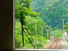 最初の駅「笠置」。 ここでは木津川で川遊びを楽しむ連中が降りて行きました。