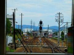 右手には伊賀鉄道が見えます。 伊賀上野駅から伊賀の市街地までは伊賀鉄道が便利なようです。 伊賀市街地は進行方向の右側に向かって広がっていきます。
