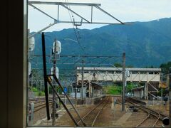 伊賀上野を出て次の大きな駅は「柘植駅」。ここからは草津線が発着しています。 「つげ」と読むのですが、難しい読み方ですね。