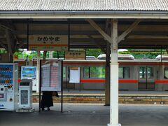 正面には伊勢駅へ向かう紀勢本線。