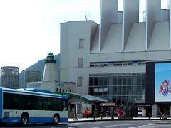 境線の終点、境港駅。駅舎はバスの向こう側の小さいもので、写真正面の立派な建物はフェリーのターミナルビル。 境線は山陰地方の鉄道発祥の路線ですが、駅は開業時少し手前に位置し、この地にはありませんでした。