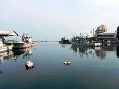 美保関漁港。左手は市場です。