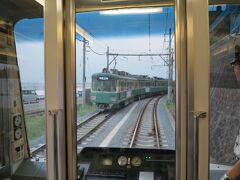 江ノ電は単線の為、鎌倉高校前駅と七里ヶ浜駅の間で上下線の待ち合わせをします。