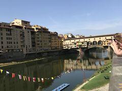 ウッフィツ美術館を後にしてヴェッキオ橋へ!! 暑い!!やっぱりイタリアは真夏に来る場所じゃないと・・・ 2年前のローマでも同じことを思ったのに、懲りずに来てる私。 それだけ魅力的な国だってことね。