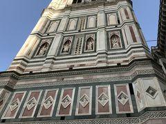 フィレンツェ3日目。 今日はアウトレットに行く予定だけど、朝市でジョットの鐘楼に上りに。 朝市でついたけどすでに20人ぐらいは並んでたような。朝市じゃ午前中がすいてました。