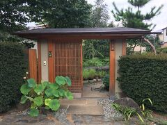 こちらは「九霞園」 ほとんど人の家ですね。 盆栽を世界に広めた名園だそうです。 人の家の庭にびっちりと盆栽が並べられているといった感じでした。