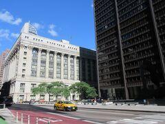 気持ちのいい朝なのでテクテク歩くことに。  シカゴ市庁舎横の道を抜けていくと