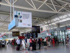ソフィア空港は小さいので楽です。 ちょうど夏休みでヒースローやリスボン、バルセロナのイミグレが長蛇の列というニュースを目にしたのでソフィアでも並ぶかな~と思ってましたが空いていました。 ポルトガルが今大人気みたいです。確かに空港も混んでいました。去年の夏に行ったプラハやブタペストも大人気。治安がよく物価の安い国が人気な様です。