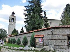 三位一体教会はバンスコの中心部にあり、シンボルの一つになっています。 観光者に大人気のこの教会はブルガリアで最大級のものです。ソフィアのアレクサンドル・ネフスキー大聖堂が建設されるまで、この教会はブルガリア一の規模を誇っていました。教会、鐘楼、そしてそれらを取り囲む塀は建築遺産に指定されています。3本の身廊を持つ教会は、1835年にバンスコの裕福な商人であったラザル・ゲルマンの提案で建設されたものです。 との事・・・ふむふむ。