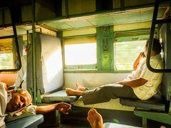 インド最南端カーニャクマリからの始発。南国の木々の間を走り、車窓から朝日が差し込む列車の中には、インドでは珍しくゆるやかな空気が流れてた。