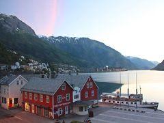 2017年7月6日。 ハダンゲルフィヨルドの小さな港町Odda(オッダ)での最後の朝。 5時前に起床後すぐに荷物をパッキングし車に積み込んだ後に、ホテルのレストランで朝食を食べる。  Oddaでの3泊の宿泊はHardanger  Hotel。 結婚22周年の旅というコトでホテルのご好意でアップグレードされた部屋は、キッチンつきJr.スイート。  リビングルームの窓から見えるフィヨルドの景色も、このホテルに宿泊したからこその光景だった。  (写真:朝5時のハダンゲルフィヨルド(Hardanger Fjord)/Odda, Hardanger Hotelの客室の窓より)