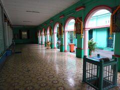 ホテルが決まって気が楽になったので、ぶらぶら街歩きします。まずはサイゴンセンターの近くにあるヒンドゥー寺院へ。